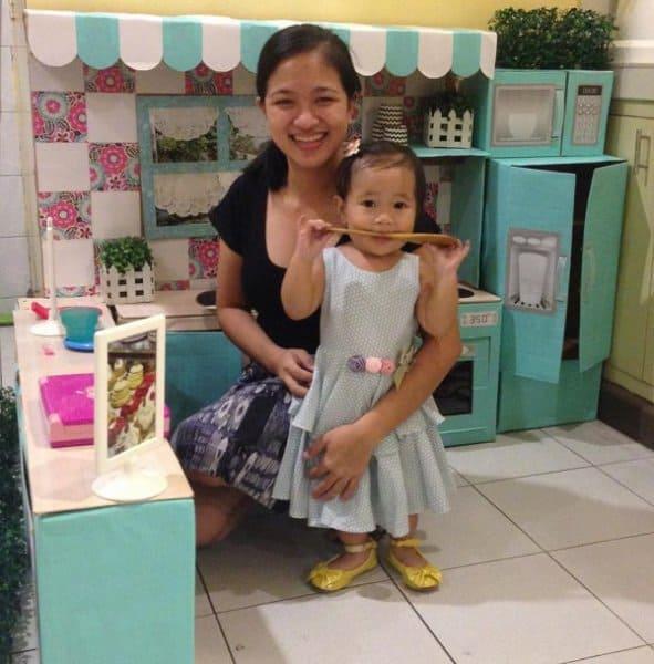 Kreative Mama mit glücklicher Küchenbesitzerin (c) Rodessa Villanueva Reyes