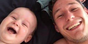 Papa und Sohn lachen sich kaputt (c) Elliot Cooper-White/youtube screenshot