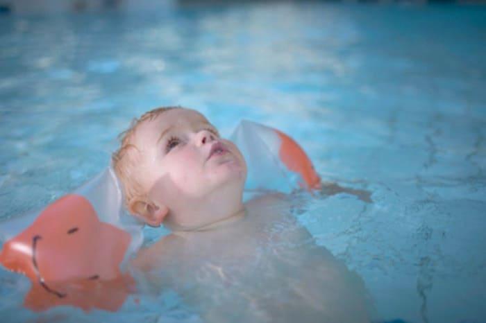 Kinder beim Baden immer im Auge behalten (Foto: Adam Pretty / Thinkstock)