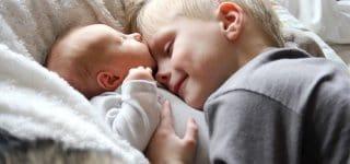Wie gut einen großen Bruder zu haben! /Symbolbild  (c) Thinkstock