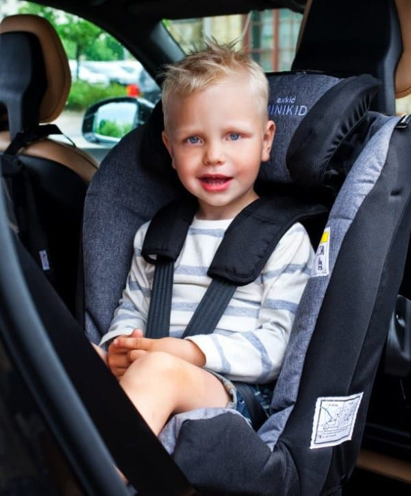 Der Axkid Minikid ist ein flexibler Reboarder bis ca. 6 Jahre, der auch in kleine Autos passt (Foto: © Axkid)