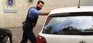 Polizist schaukelt Auto - Baby schläft ein  © Polizei Südosthessen/Facebook