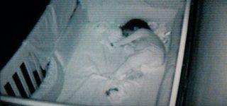 Eine Kamera zeigt das schlafende Baby © Symbolfoto/Thinkstock
