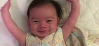 So fröhlich begrüßt Baby Kaden die Welt ©Screenshot Facebook/Kent Siri