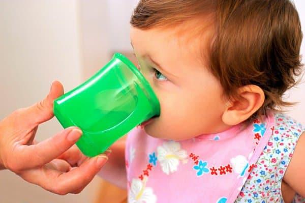 wieviel sollten babys trinken und was ist eine wasservergiftung. Black Bedroom Furniture Sets. Home Design Ideas