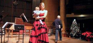 Baby Lucien mit auf der Bühne von Music & Beyond (hier mit Mezzosopranistin Wallis Giunta) / Screenshot: Classic FM Facebook