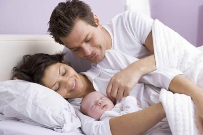 Co-Sleeping im Familienbett - Pro und Kontra (© Thinkstock)