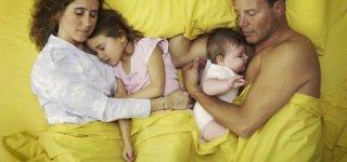 Schlafen im Familienbett (© Thinkstock)