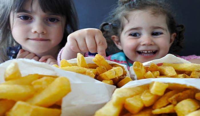 Immer mehr dicke Kinder: WHO fordert weniger Werbung für Junkfood und Süßes (© Getty Images)