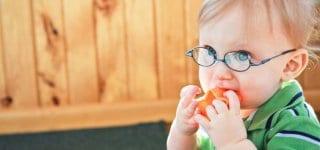 Bei Kindern unter drei Jahren führt ein häufiges Starren auf nahe Computerbildschirme zu einem Wachsen des Augapfels und damit zu einem längeren Auge, erklärt Augenärztin Wabbel (© Getty Images)