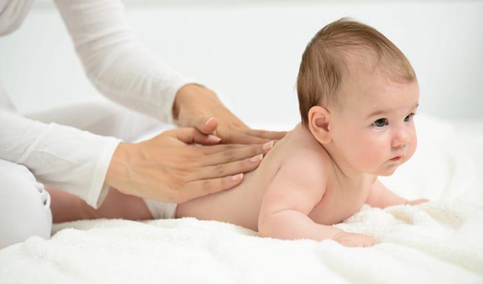Zeit mit Mama oder Papa - Babymassagen als festes Ritual vor dem Schlafen (© Getty Images)