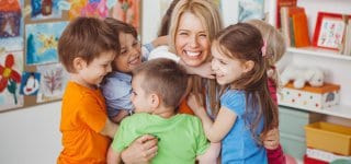 Familienministerin fordert: Erzieher sollten so viel verdienen wie Lehrer (© Getty Images)