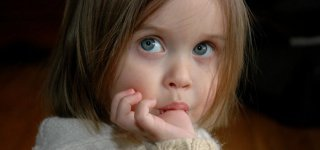 So gewöhnst du deinem Kind das Daumenlutschen ab (©)