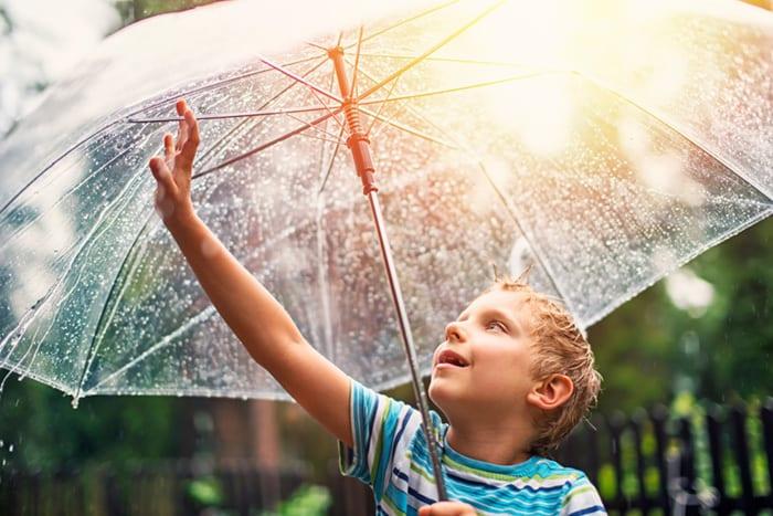 Dadurch, dass hochsensible Kinder ihre Umgebung gründlicher wahrnehmen, prasseln auch mehr Reize auf sie ein. (Getty Images)