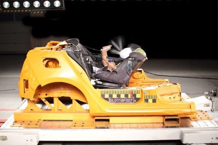 Gut im Test: der Kindersitz mit Airbag: Im Moment des Aufpralls legt er sich vors Gesicht. (© Stiftung Warentest)
