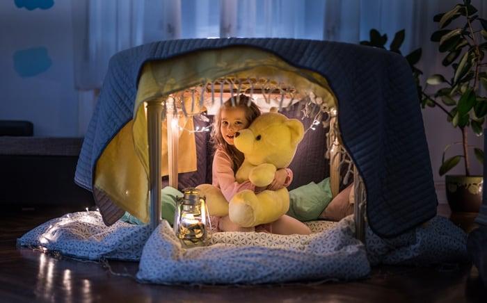 Hochsensible Kinder brauchen Pausen. Eine Kuschelecke kann ein persönlicher Rückzugsort sein und Abstand schaffen. (Getty Images)