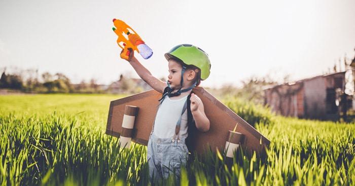Brauchen kleine Helden Spielzeug-Waffen? (© Getty Images)