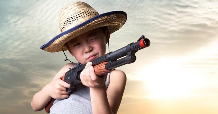 Sind Spielzeugwaffen für Kinder ok oder sollten wir sie verbieten? (© Getty Images)