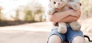 """Dem eigenen Kind die Klassenfahrt aus finanziellen Gründen absagen? """"Ich möchte weinen"""", schreibt  eine alleinerziehende Mutter bei Twitter (Getty Images)"""