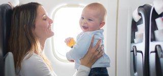 Fliegen mit Kindern oder Baby: Die besten Tipps, um stressfrei abzuheben (© Getty Images)