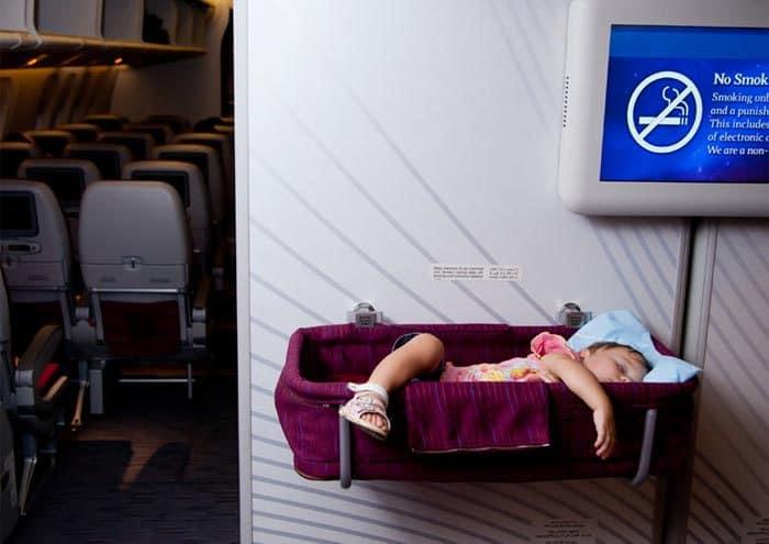 Einige Flüge bieten eine Babywiege im Flugzeug (© Getty Images)