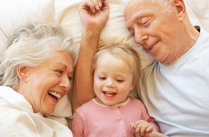 Oma und Opa unterstützen, wo sie können (© Getty Images)