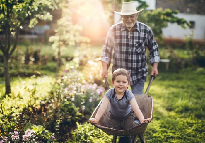 Oma und Opa dürfen verwöhnen (© Getty Images)