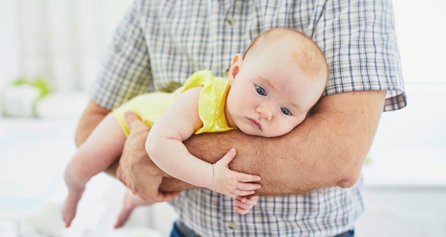 """Der """"Fliegergriff"""" ist ein altbewährtes Mittel gegen Blähungen und Bauchschmerzen (© stock.adobe.com / Ekaterina Pokrovsky)"""